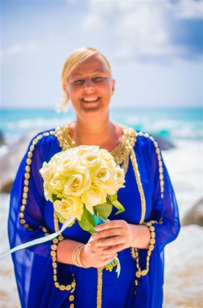bride-on-the-beach-with-roses-bouquet