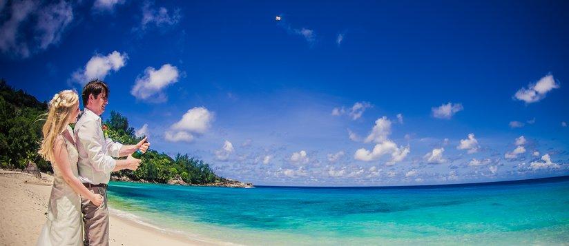champagnerkorken-fliegt-seychellenhochzeit